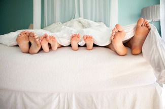 couple_children_bed